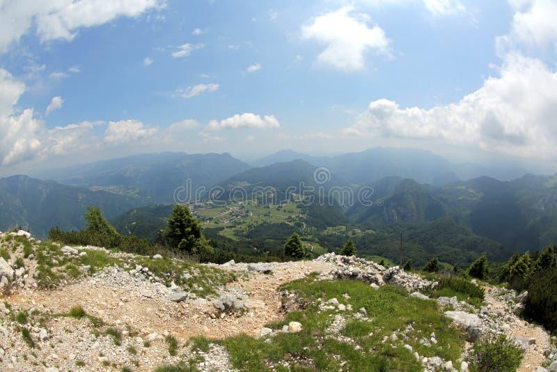 Bergskedja vid fisheyelinsen i nordliga Italien arkivfoto