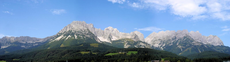 Panorama av de Kaiser bergen i Österrike arkivbilder