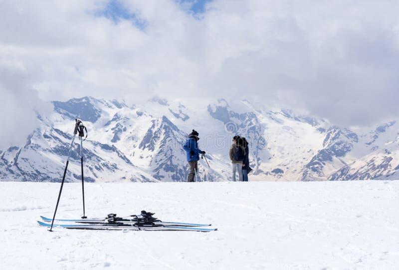 Bergskidåkning, folk i bergen, skidåkare, den norr Caucen royaltyfria foton