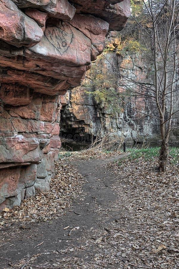 Bergsklyftan för jäkel` s lokaliseras av Garretson, South Dakota och är, var berömt, kriminaliserar Jesse James som across hoppas royaltyfria bilder