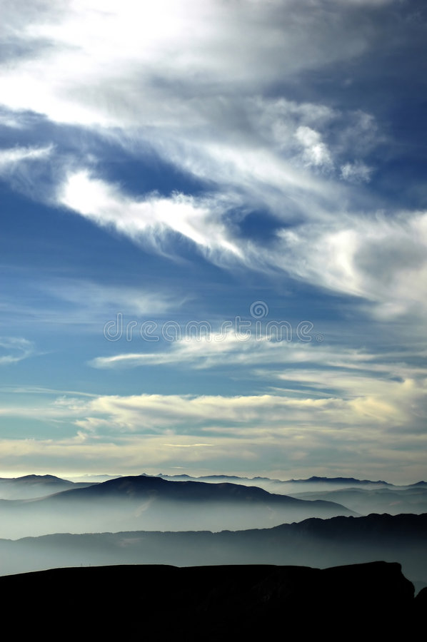 Download Bergsky fotografering för bildbyråer. Bild av berg, gåtfullt - 39733