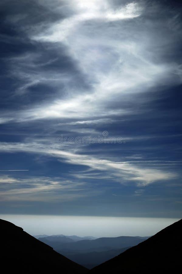 Download Bergsky fotografering för bildbyråer. Bild av förlorat, kanal - 40093