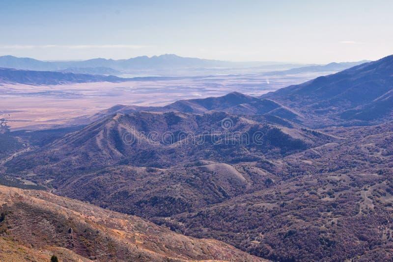 Bergslandskap i Wasatch Front Rocky från Oquirh-området som tittar på Utah-sjön under fall Panorama-vyer nära Provo, Timpanogos royaltyfri fotografi