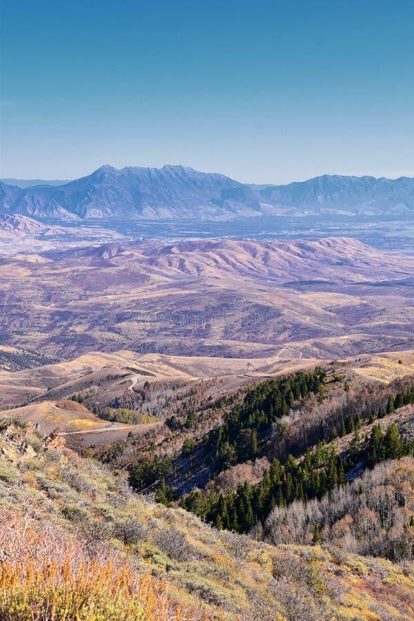 Bergslandskap i Wasatch Front Rocky från Oquirh-området som tittar på Utah-sjön under fall Panorama-vyer nära Provo, Timpanogos arkivbild