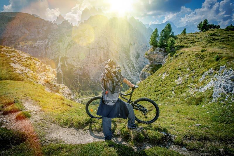 Bergsleep Biking stock afbeelding