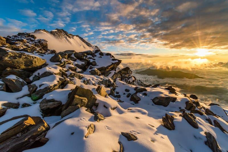 Bergsolnedgång i franska fjällängar nära det Aiguille de Bionnassay maximumet, Mont Blanc massiv, Frankrike royaltyfri fotografi