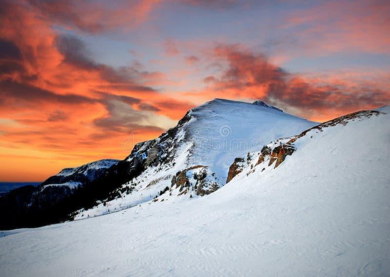 Bergsolnedgång som fotograferas på 2000 meter arkivbild