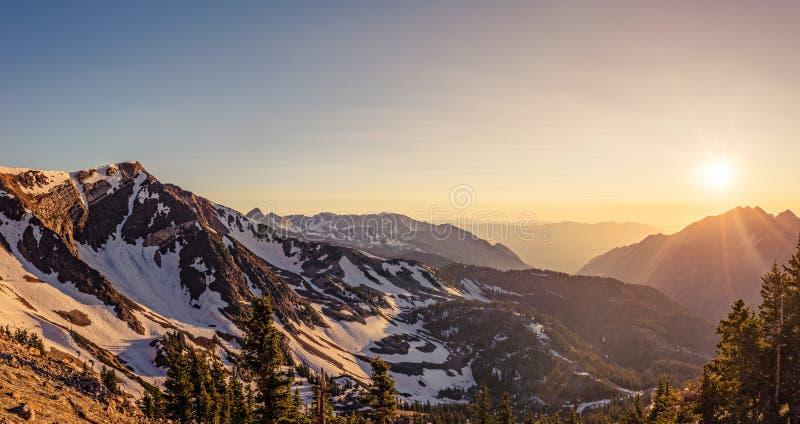 Bergsolnedgångpanorama arkivfoto