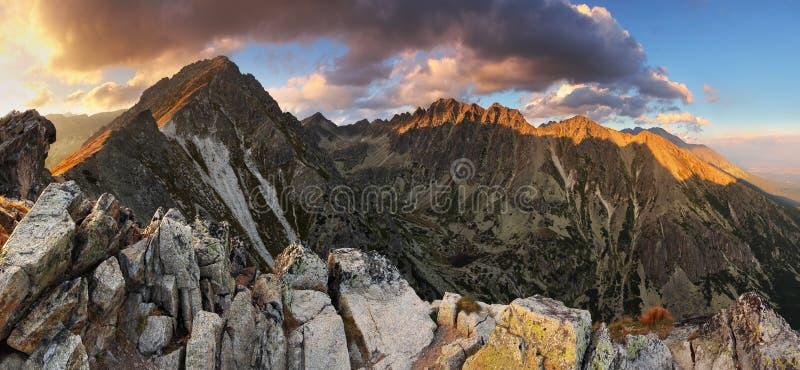 Bergsolnedgångpanorama på hösten i Slovakien royaltyfria foton