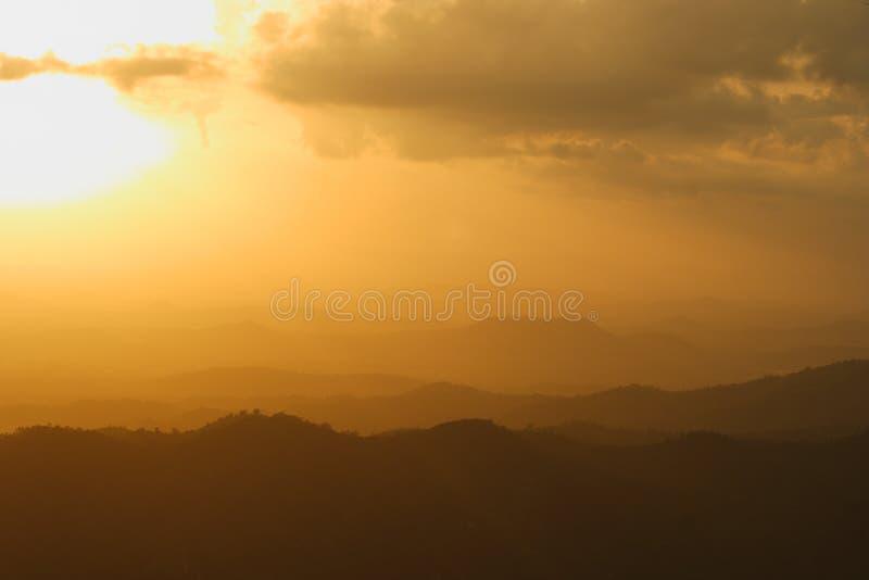 bergsolnedgångsikt royaltyfri fotografi