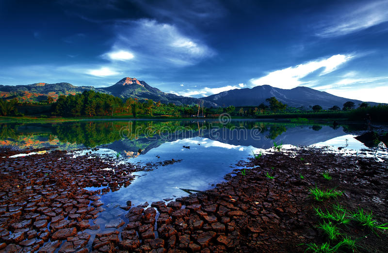 Bergspegelsjö fotografering för bildbyråer