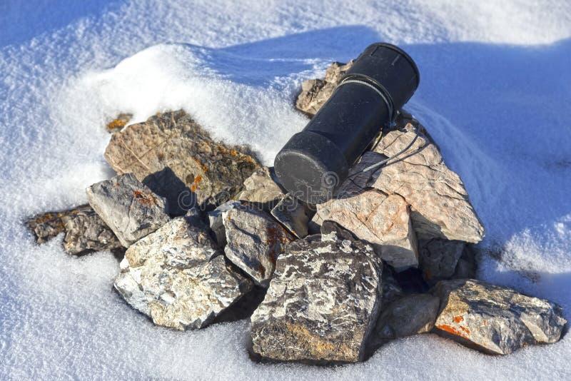 Bergspitze-Gipfelbuch-Steinhaufen-Schwarz-Zylinder-Stahlkabel-Kanadier Rocky Mountains stockfotos