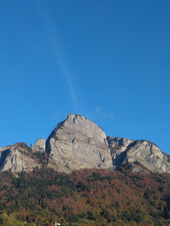 Bergspitze mit blauem Himmel stockbild