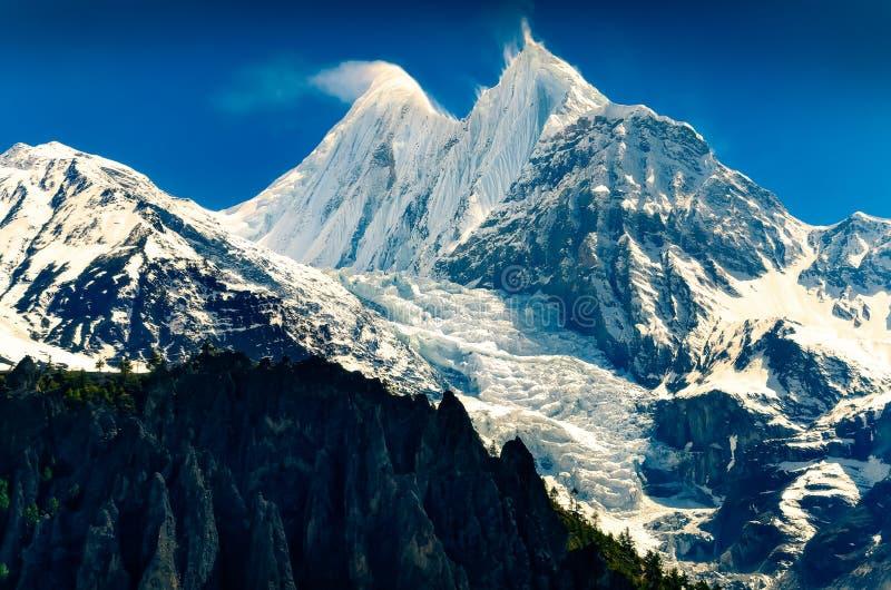 Bergspitzen mit Gletschern und Schnee und blauer Himmel, Annapurna-Region, Nepal stockfotografie