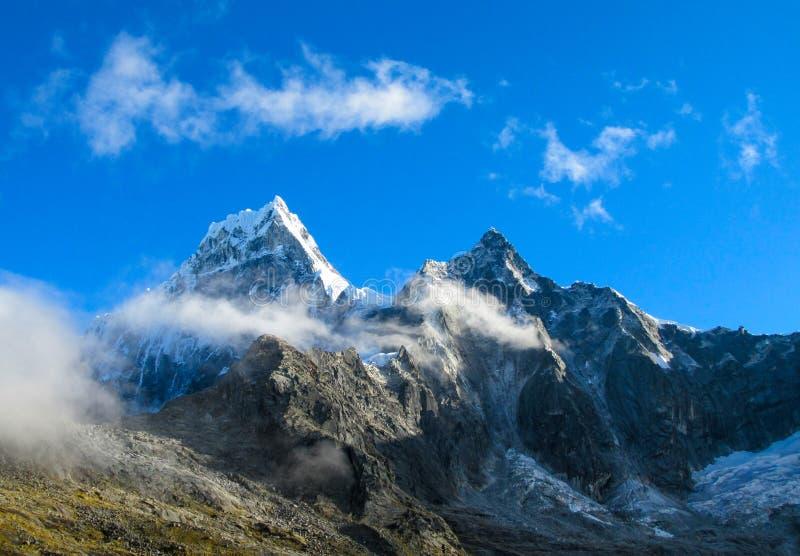 Bergspitzen von Anden am Punta-Verbands-Durchlauf stockfoto