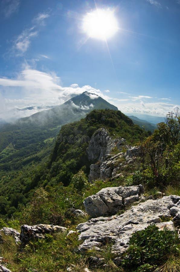 Bergspitzen von Suva Planina am sonnigen Morgen umfasst mit Wolken lizenzfreies stockbild