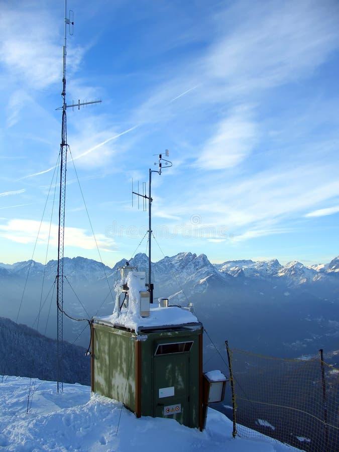 BergspitzeWetterstation stockfotos