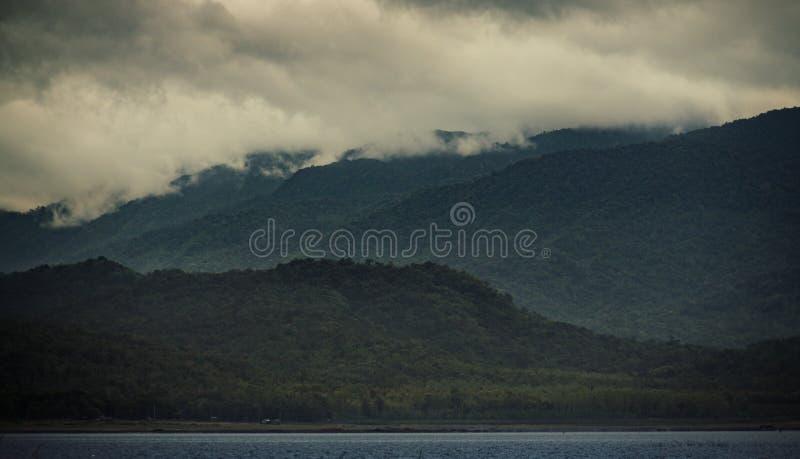 Bergssida i Thailand med det låga molnet på toppmötet royaltyfri fotografi