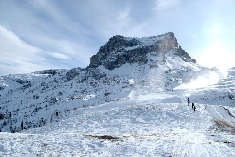 Bergsteigenskifahrer, klettern die Gebirgsspitze und nutzen den schönen Morgen stockfotos