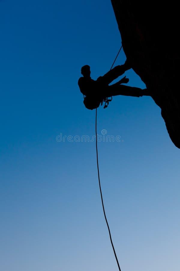 Bergsteiger auf dem Felsen stockfotos