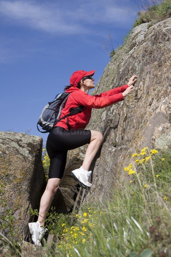 Bergsteiger auf dem Felsen lizenzfreie stockfotos