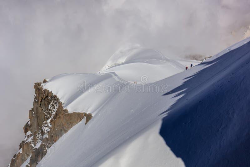 Bergsteiger auf dem Mont Blanc-Gebirgsmassiv, Frankreich lizenzfreies stockbild
