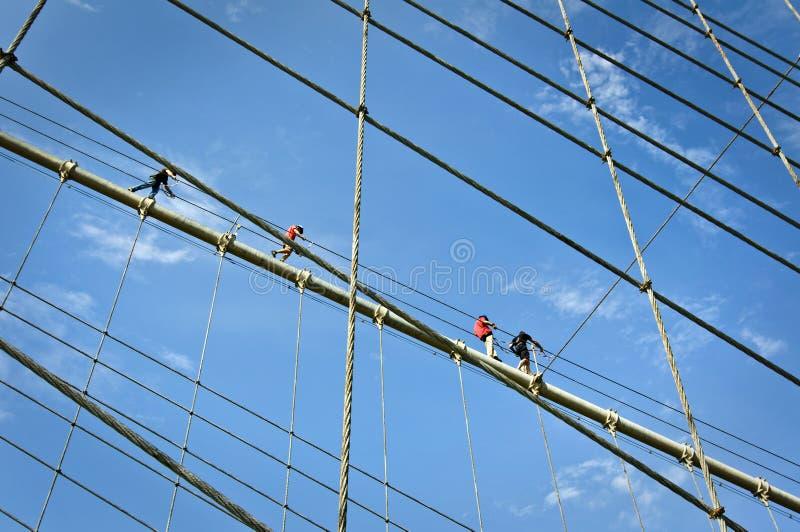 Bergsteiger auf den Brooklyn-Brücken-Kabeln, New York lizenzfreies stockbild
