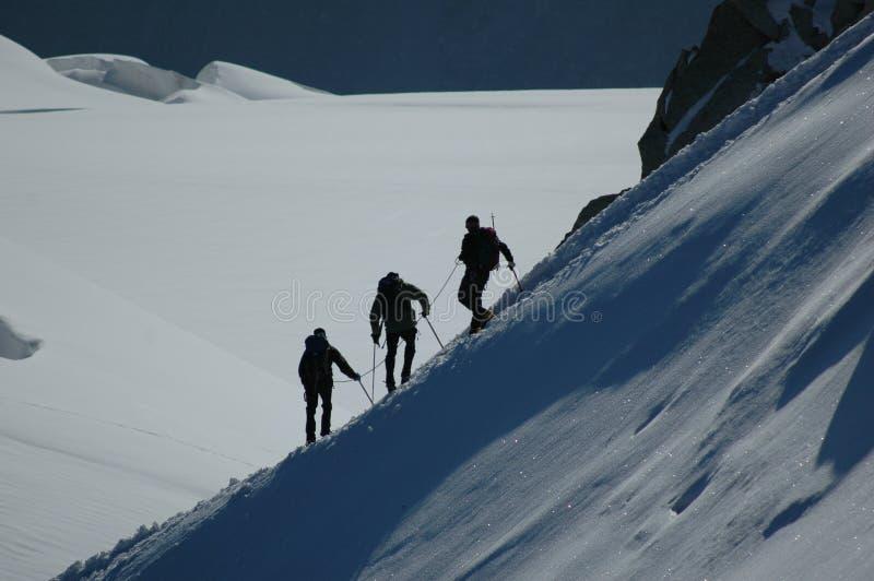 Bergsteiger auf Kante lizenzfreie stockfotografie
