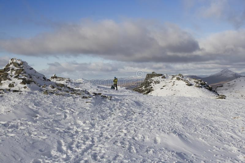 Bergsteiger auf schottischen Berg stockbilder