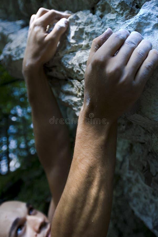 Bergsteiger auf springendem Punkt stockfotografie