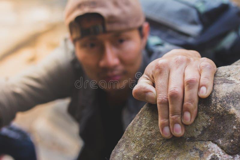 Bergsteiger benutzen ihre Hände, um zu schaukeln, Draufsicht, stockfotografie