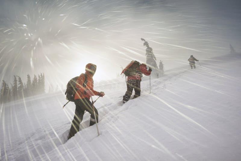 Bergsteiger in den Gebirgsschneefällen lizenzfreies stockbild