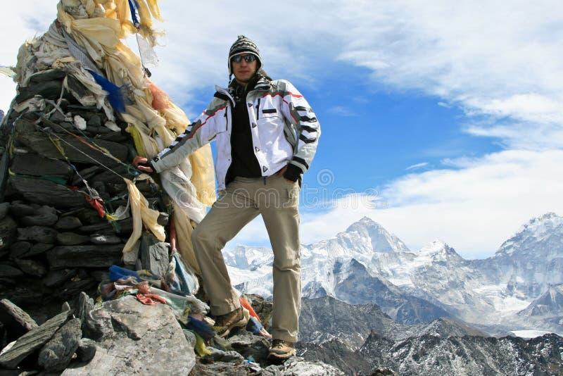 Bergsteiger, der auf die Oberseite des Kongma Ladurchlaufs steht stockfoto