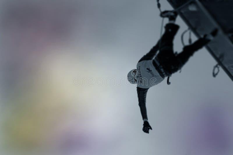 Bergsteiger, der auf die Oberseite stillsteht. lizenzfreie stockfotos