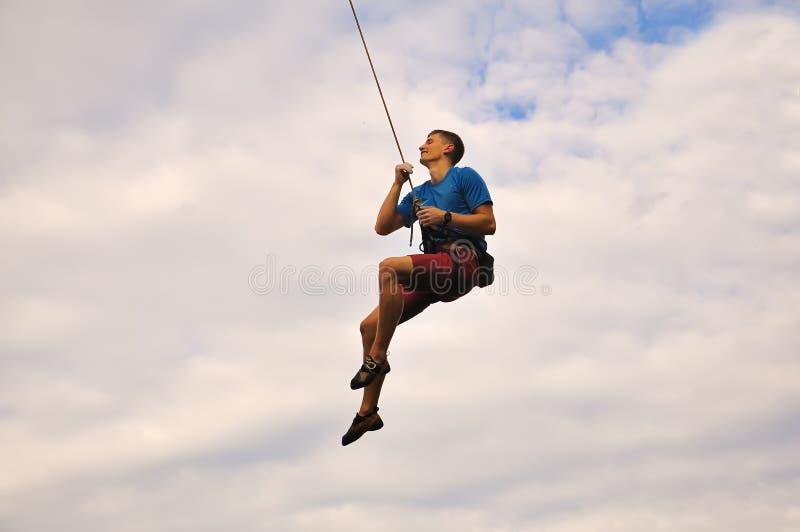 Bergsteiger, der an einem Seil hängt lizenzfreies stockfoto