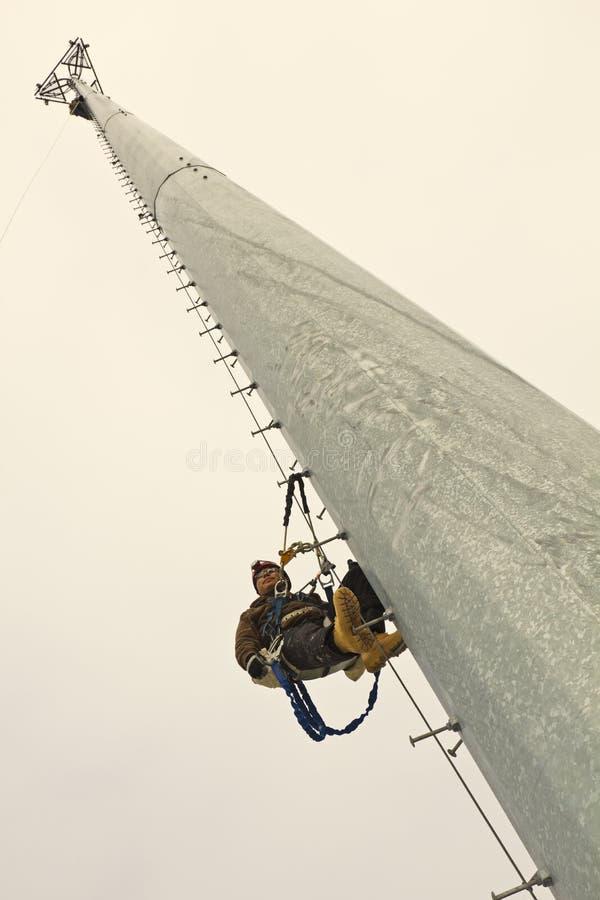 Bergsteiger, der mitten in dem Aufstieg stillsteht lizenzfreie stockbilder