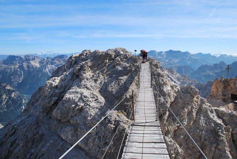Bergsteiger, der sich vorbereitet, Ponte Cristalo Brücke zu führen lizenzfreie stockfotografie