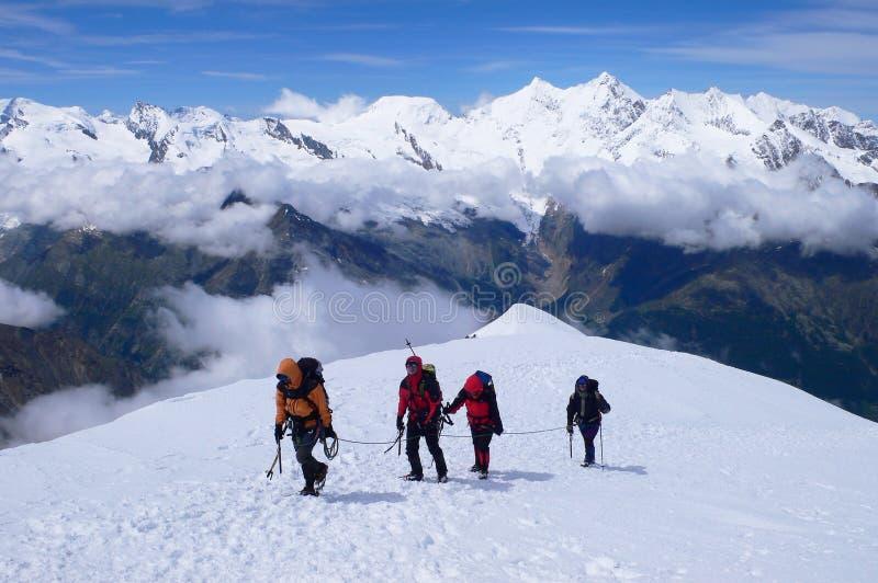 Bergsteiger, die den Gipfel Weissmies-Berges erreichen lizenzfreie stockfotografie