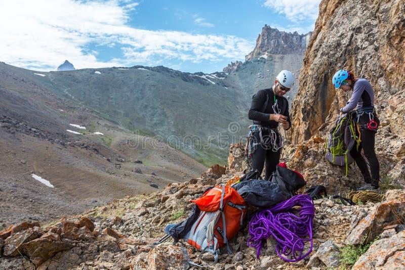 Bergsteiger, die für Aufstieg sich vorbereiten lizenzfreie stockfotografie