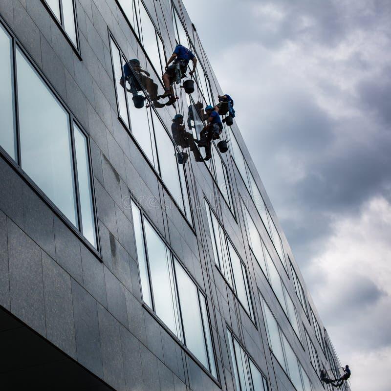 Bergsteiger, die Fenster waschen lizenzfreie stockfotos