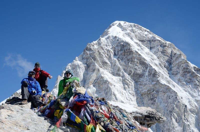 Bergsteiger, die am Fuß von Kala Patthar-Berg, Nepal sitzen lizenzfreies stockbild