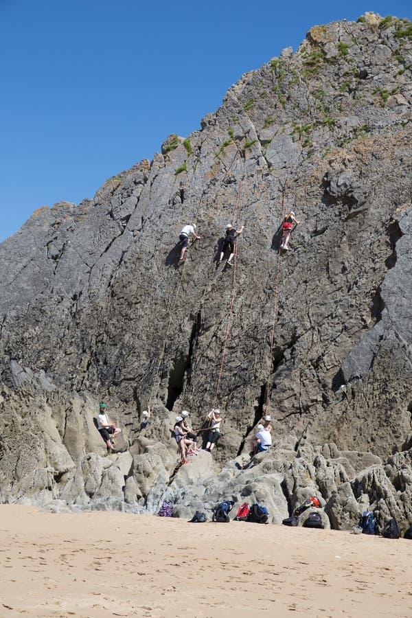Bergsteiger, die Klippenbucht der Felsen drei das Gower Wales Großbritannien klettern stockfotos