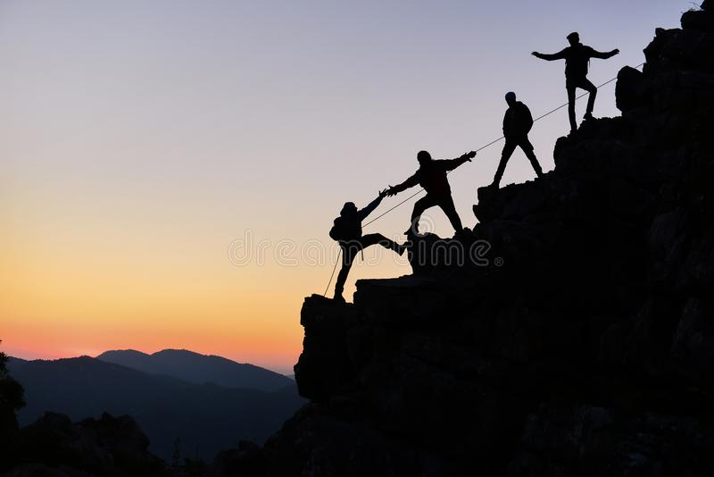 Bergsteiger, die zusammenarbeiten stockbilder