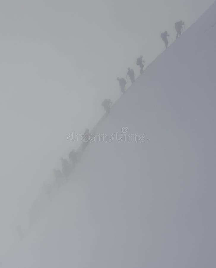 Bergsteiger in einem Schneesturm stockfotos