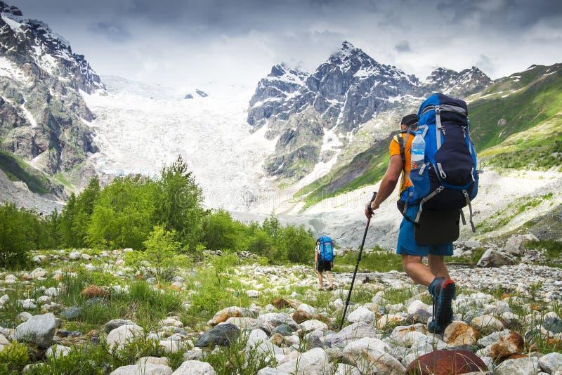 Bergsteiger mit dem Wandern von Rucksäcken gehen zum Berg Wanderer in den Bergen Touristenwanderung auf felsigen Bergen stockfotografie