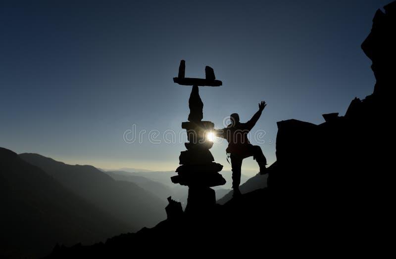Bergsteiger nahe dem Gipfel und den Zensteinen stockfoto