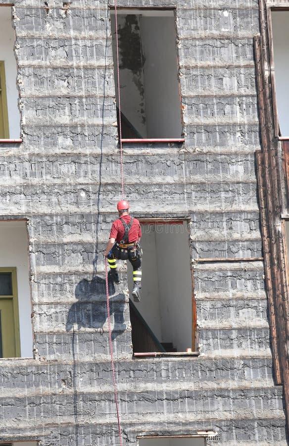 Bergsteiger von Feuerwehrmännern während der Übung stockfotografie