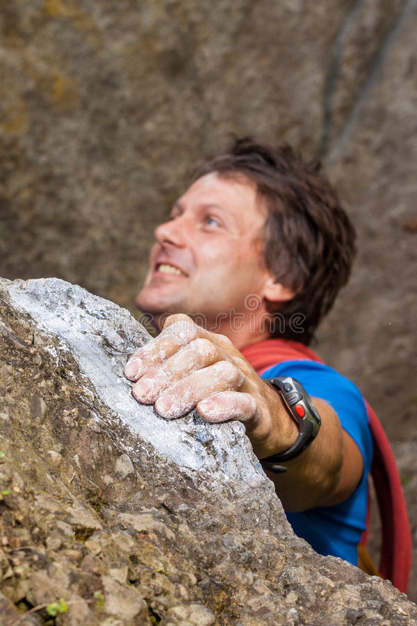 Bergsteiger während des Steigens des Berges lizenzfreie stockbilder