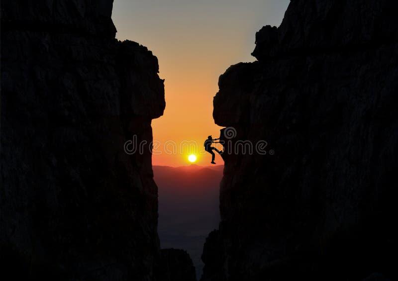Bergsteiger zwischen zwei großen Felsen lizenzfreie stockfotografie