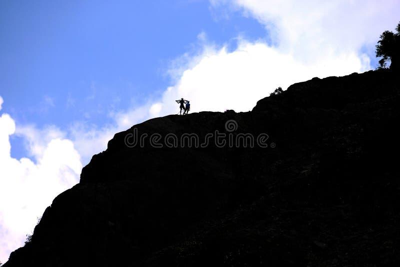 Bergsteigerschattenbild lizenzfreie stockfotografie